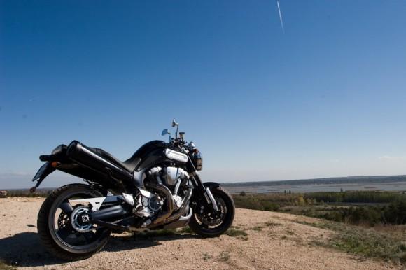 Yamaha MT-01, a nyomaték-sport motor